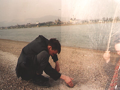 Miles Miles (digging) & Simon Crab by the Donnau, Vac, Hungary 1989.